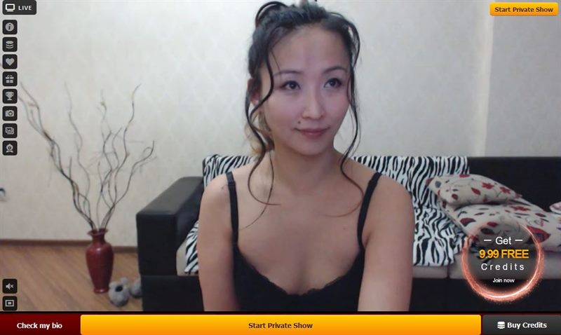 A sexy Asian webcam babe excahnges messages on LiveJasmin.com